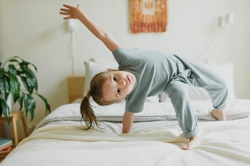 ребенок танцует