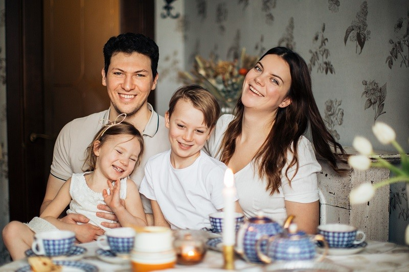 семья на маленькой кухне